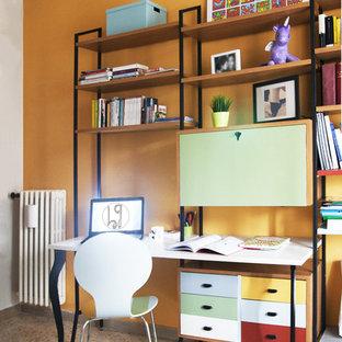 他の地域の中くらいのミッドセンチュリースタイルのおしゃれなホームオフィス・書斎 (ライブラリー、オレンジの壁、大理石の床、造り付け机、マルチカラーの床) の写真