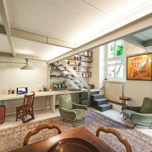 ミラノの中くらいの地中海スタイルのおしゃれなホームオフィス・書斎 (ライブラリー、白い壁、塗装フローリング、自立型机、白い床) の写真