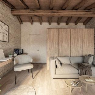 Modelo de estudio madera y ladrillo, actual, de tamaño medio, ladrillo, sin chimenea, con suelo de madera clara, escritorio independiente y ladrillo