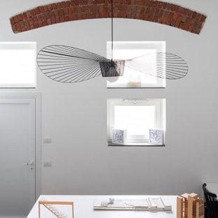 ミラノの小さいコンテンポラリースタイルのおしゃれなアトリエ・スタジオ (白い壁、暖炉なし、マルチカラーの床) の写真