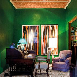 Foto på ett mellanstort retro hemmastudio, med gröna väggar, ett fristående skrivbord och klinkergolv i keramik