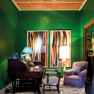 Idee per un atelier minimalista di medie dimensioni con pareti verdi, scrivania autoportante e pavimento con piastrelle in ceramica