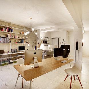 Immagine di un atelier design di medie dimensioni con pareti bianche e scrivania autoportante