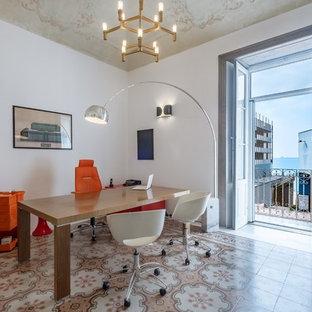 Idee per uno studio chic con pareti bianche, scrivania autoportante e pavimento beige