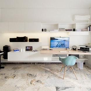 Immagine di un atelier design di medie dimensioni con pareti bianche e pavimento in marmo