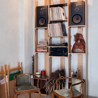 ミラノの広い北欧スタイルのおしゃれなホームオフィス・書斎 (ライブラリー、白い壁、大理石の床、標準型暖炉、漆喰の暖炉まわり、自立型机、マルチカラーの床) の写真