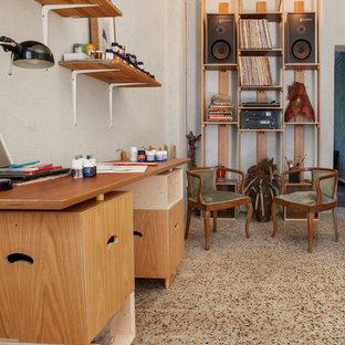 Cette photo montre un grand bureau scandinave de type studio avec un mur blanc, un sol en marbre, une cheminée standard, un manteau de cheminée en plâtre, un bureau indépendant et un sol multicolore.