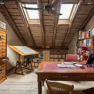 Mittelgroßes Stilmix Arbeitszimmer mit Studio, beiger Wandfarbe, hellem Holzboden und freistehendem Schreibtisch in Mailand