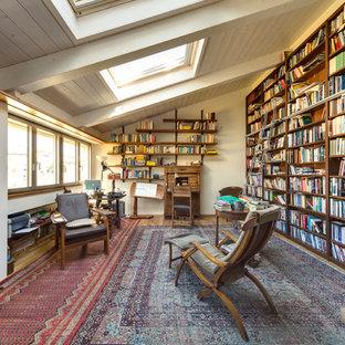 Idée de décoration pour un bureau tradition de taille moyenne et de type studio avec un sol en bois brun et un mur blanc.