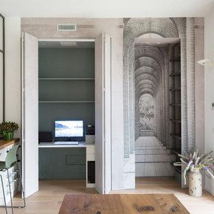 Immagine di un grande ufficio minimal con pareti multicolore, parquet chiaro, scrivania incassata e pavimento beige
