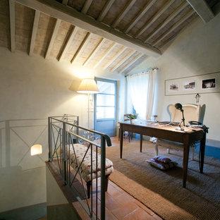 Cette image montre un petit bureau rustique de type studio avec un sol en brique.
