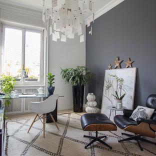 ミラノの北欧スタイルのおしゃれなアトリエ・スタジオ (自立型机、白い壁、ラミネートの床、ベージュの床) の写真