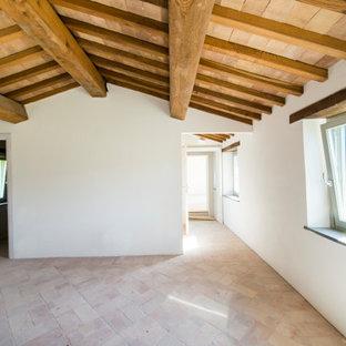 Inspiration pour un petit bureau rustique de type studio avec un mur blanc, un sol en brique, un sol multicolore, un plafond en poutres apparentes et du lambris.