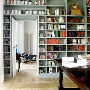 Foto di un ampio atelier moderno con pareti bianche, pavimento in legno massello medio, camino classico, cornice del camino in pietra e scrivania autoportante