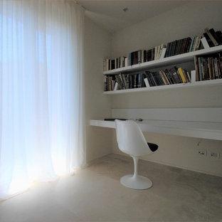 他の地域の中サイズのコンテンポラリースタイルのおしゃれなホームオフィス・仕事部屋 (ライブラリー、白い壁、大理石の床、造り付け机、ベージュの床) の写真