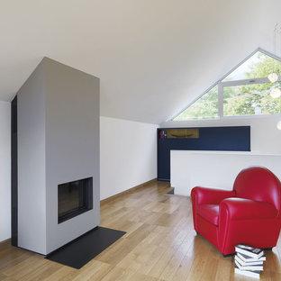 トゥーリンの中サイズのコンテンポラリースタイルのおしゃれなアトリエ・スタジオ (白い壁、無垢フローリング、漆喰の暖炉まわり、標準型暖炉) の写真