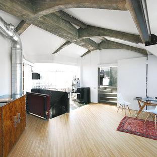 Foto di un grande studio industriale con pareti bianche e parquet chiaro