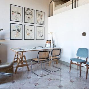 Идея дизайна: домашняя мастерская среднего размера в стиле ретро с белыми стенами, мраморным полом и отдельно стоящим рабочим столом