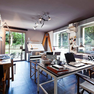 Foto di un ampio ufficio contemporaneo con pareti grigie, pavimento in gres porcellanato e scrivania autoportante