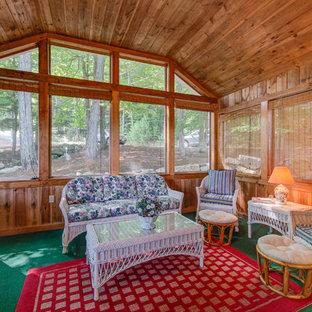 Foto på ett rustikt uterum, med heltäckningsmatta, tak och grönt golv