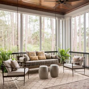 チャールストンの広いトランジショナルスタイルのおしゃれなサンルーム (レンガの床、標準型天井、暖炉なし、グレーの床) の写真