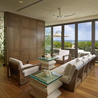 Ejemplo de galería de estilo zen, de tamaño medio, sin chimenea, con suelo de madera en tonos medios, techo estándar y suelo marrón