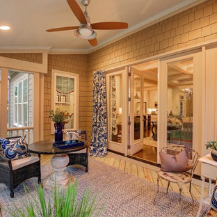 Ejemplo de galería tradicional, de tamaño medio, sin chimenea, con suelo de madera clara, techo estándar y suelo beige