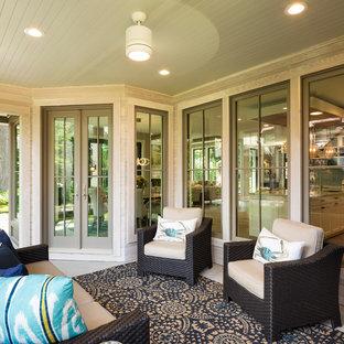 Aménagement d'une grand véranda classique avec béton au sol, aucune cheminée et un plafond standard.