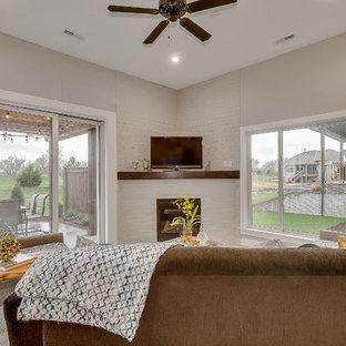 Aménagement d'une grand véranda classique avec béton au sol, une cheminée d'angle, un manteau de cheminée en brique, un sol blanc et un plafond standard.