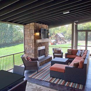 Esempio di un'ampia veranda minimalista con pavimento in terracotta, camino classico, cornice del camino in pietra e soffitto classico