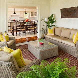 Foto di una veranda stile marino di medie dimensioni con pavimento in mattoni, soffitto classico, pavimento rosso e nessun camino
