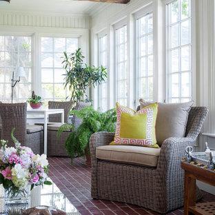 Immagine di una veranda stile marinaro di medie dimensioni con pavimento rosso, pavimento in mattoni e soffitto classico