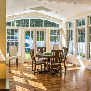 Inspiration för mellanstora klassiska uterum, med marmorgolv, tak och brunt golv