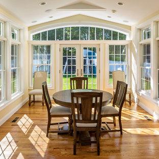 Idées déco pour une véranda classique de taille moyenne avec un sol en marbre, aucune cheminée, un plafond standard et un sol marron.