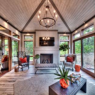 Foto på ett vintage uterum, med mellanmörkt trägolv, en standard öppen spis, en spiselkrans i sten, tak och brunt golv