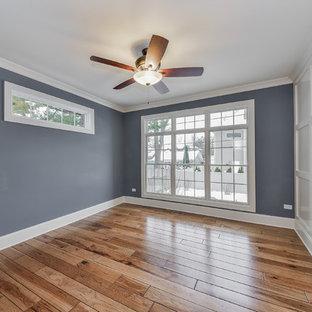 Inspiration pour une véranda traditionnelle de taille moyenne avec un plafond standard, sol en stratifié, aucune cheminée et un sol marron.