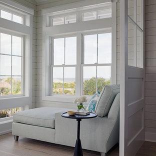Foto på ett litet maritimt uterum, med ljust trägolv, vitt golv och tak