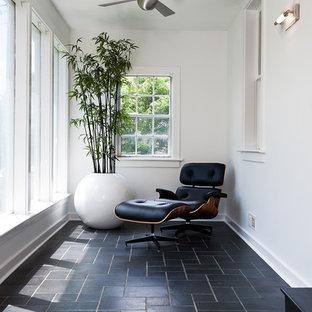 Cette photo montre une véranda chic avec un plafond standard et un sol noir.