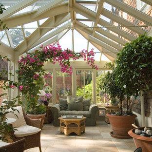Ispirazione per una veranda chic con soffitto in vetro