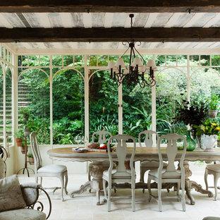 Cette image montre une véranda traditionnelle de taille moyenne avec un plafond standard, un sol en carrelage de porcelaine, aucune cheminée et un sol blanc.