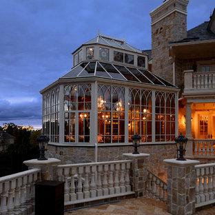 Imagen de galería tradicional, grande, sin chimenea, con techo de vidrio