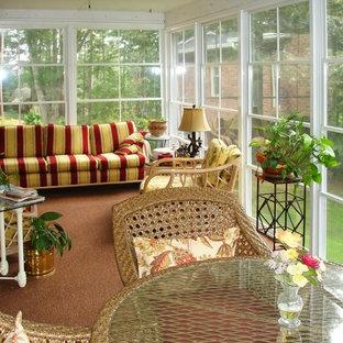 Immagine di una veranda chic di medie dimensioni con pavimento in sughero, camino classico, soffitto classico e pavimento marrone
