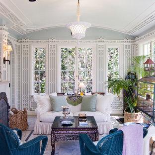 Idée de décoration pour une petit véranda victorienne avec une cheminée standard, un plafond standard et un sol gris.