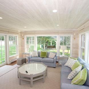 Aménagement d'une véranda classique de taille moyenne avec un sol en bois brun, aucune cheminée, un plafond standard et un sol marron.