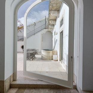 Diseño de galería mediterránea, de tamaño medio, sin chimenea, con suelo de piedra caliza y techo estándar