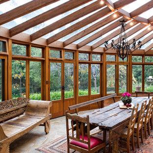 Idéer för ett stort rustikt uterum, med glastak och skiffergolv