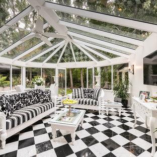 Esempio di una grande veranda classica con soffitto in vetro e pavimento multicolore