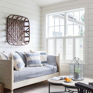 Idee per una veranda country di medie dimensioni con parquet chiaro e soffitto classico