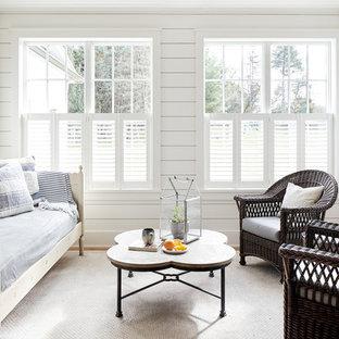 Idéer för mellanstora lantliga uterum, med ljust trägolv och tak