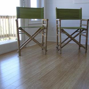 Inspiration för moderna uterum, med bambugolv och gult golv